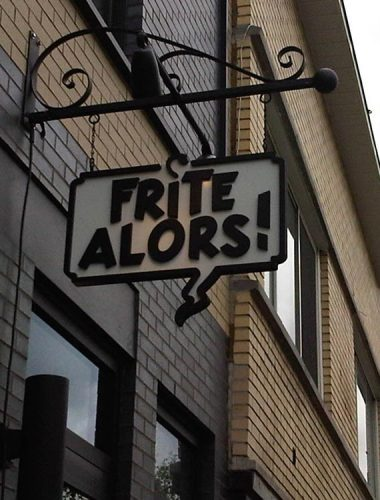 Frites  Alors Black aluminium pole with PVC sign and lettering in black dimensional PVC